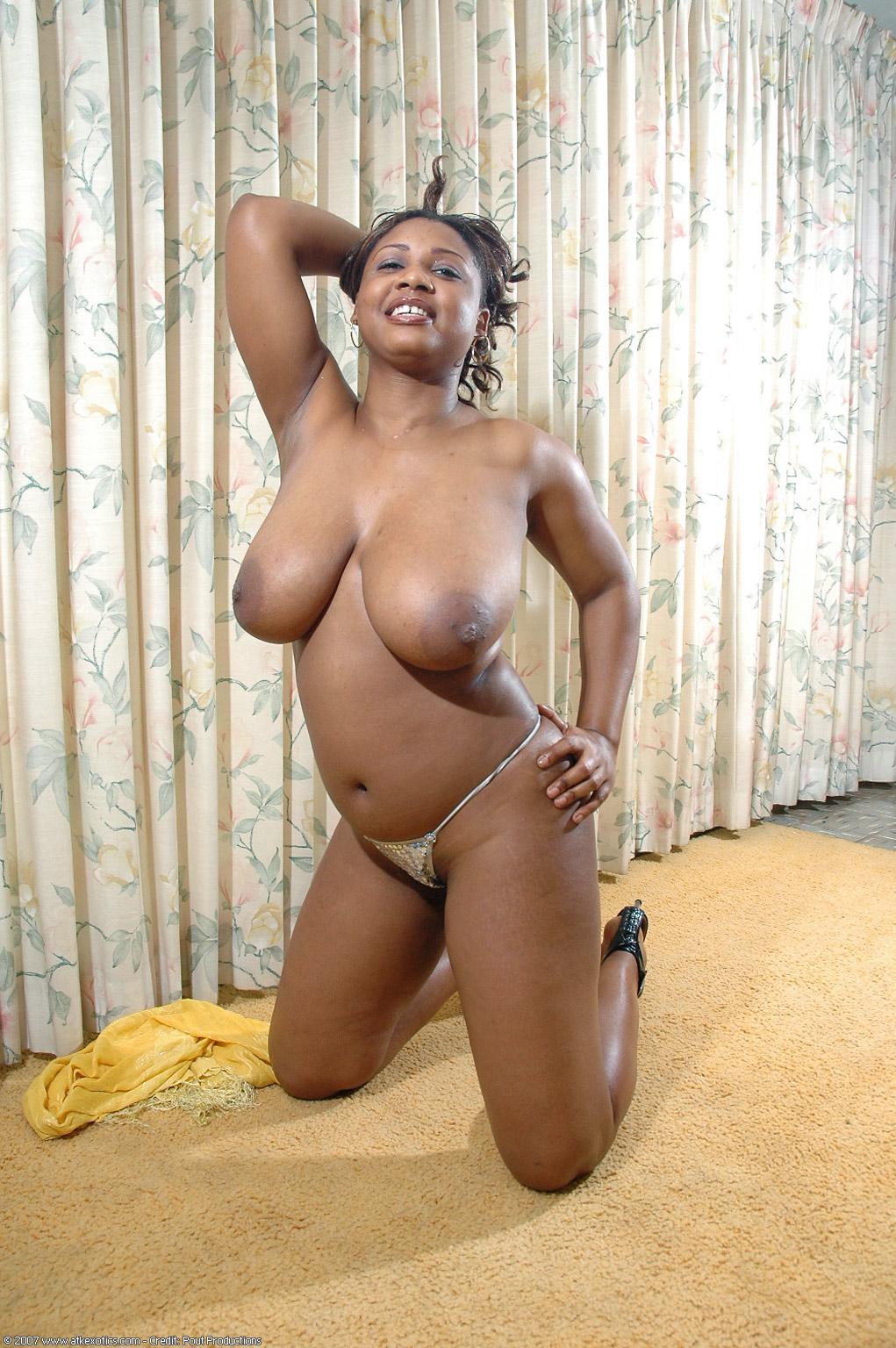 Sally, una preciosa negra con grandes tetas